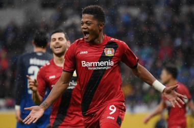 Leon Bailey esulta dopo un gol con la maglia del Leverkusen. | @EuropaLeague, Twitter.