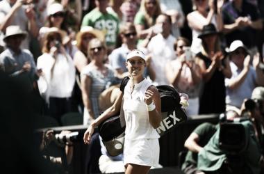 Kerber sale del estadio central luego de su victoria ante Ostapenko   Foto: Wimbledon