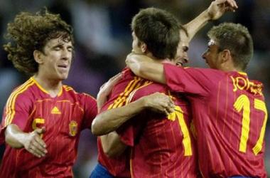 Los internacionales celebran un gol durante el España-Croacia de 2006 (Imagen: AS)
