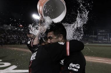 Barreda siendo felicitado por su manager Pedro Meré (Foto: @Pelotauro / Twitter)