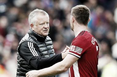 Chris Wilder saludando a O'Connell / Fuente: Premier League