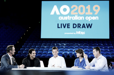Federer (segundo da esquerda para direita) esteve presente para o sorteio (Foto: Ben Solomon/Tennis Australia)