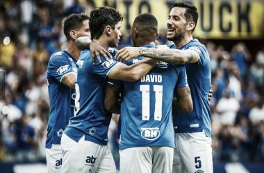 Rafael brilha, Cruzeiro vence Tombense e segue na cola do líder