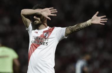 """<p class=""""MsoNoSpacing"""">Ignacio Scocco celebra el gol de su autoría y el segundo de River. FOTO: Web.&nbsp;<o:p></o:p></p>"""