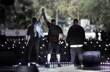 Misionero levantando el brazo de Wos ante Aczino (foto (sin efecto) Red Bull Batalla De Los Gallos).