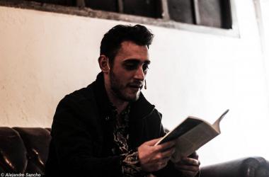 Blon leyendo uno de los poemas de su libro. (Foto (sin efecto): Alejandro Sancho.