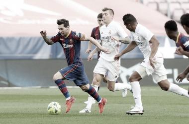 Leo Messi perseguido por Kroos y Casemiro en el clásico disputado en el Camp Nou. | Foto: FC Barcelona