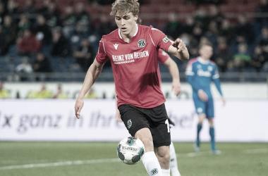 Zagueiro do Hannover 96, Hubers testa positivo para coronavírus