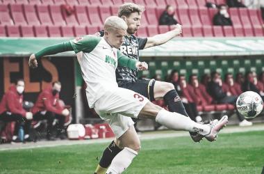 Augsburg perde pênalti, mas arranca empate com Colônia em casa