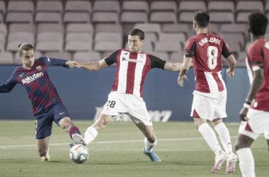 El Athletic y el Barcelona disputando el partido de vuelta de la anterior temporada.