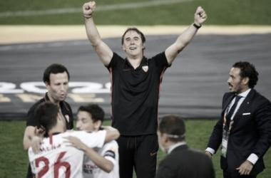 """Emocionado após título da Liga Europa, Julen Lopetegui exalta grupo do Sevilla: """"Equipe fantástica"""""""