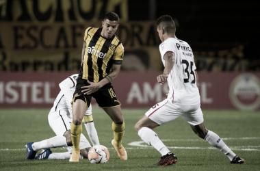 Peñarol supera Athletico em jogo com duas viradas, mas dá adeus à Libertadores