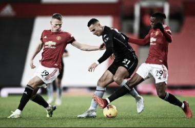 Manchester United vence Aston Villa e empata com Liverpool na liderança
