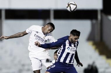 Militao y Solbes disputan un balón. Fuente: Real Madrid