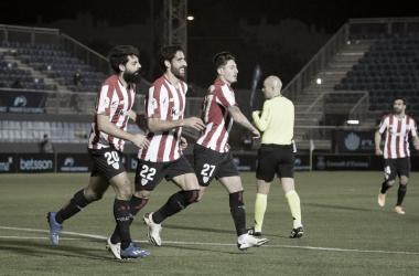 Los jugadores del Athletic celebran el gol anotado por Raúl García