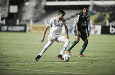 Santos sai na frente, sofre novamente com bola área e leva virada do Goiás
