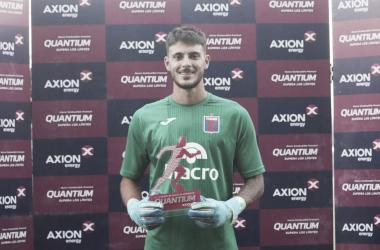 Zenobio con el premio entregado por la Copa Argentina al jugador más destacado (Foto: Tigre Oficial).