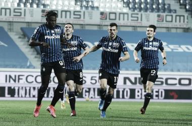 Zapata celebra con Pasalic, Roon y Freuler un gol ante el Nápoles. Fuente: Atalanta BC