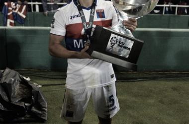 Lucas con la Copa más preciada en el club (Foto: Club Atlético Tigre)