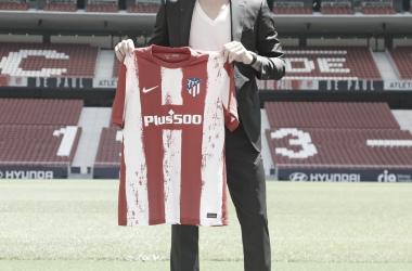 Rodrigo posando con la camiseta del Atleti. / Twitter: Atlético de Madrid oficial