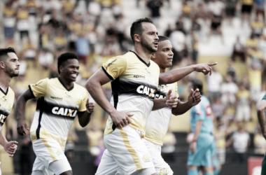 Em oito jogos com a dupla, o Criciúma, de Edson Borges (centro) ainda não perdeu na Série B (Foto: Caio Marcelo/Criciúma E.C.)