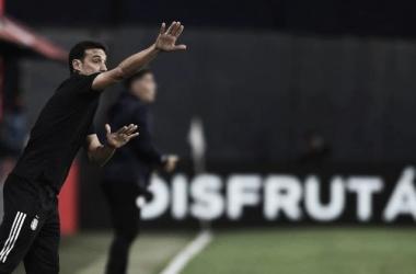 A MANO. Scaloni, buscará su primer triunfo como DT de la Selección Argentina ante la Paraguay de Berizzo. Foto: Web