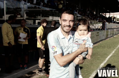 Iago Aspas posa para una foto con su hija I Foto: Jaime Linares (VAVEL)