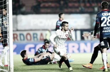 Sebastián Blanco convirtiendo ante Arsenal. Foto: La Nación