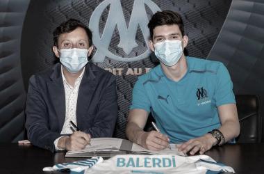 Balerdi firmando su nuevo contrato / Fuente: Página oficial del Olympique Marsella