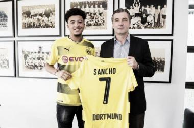 Jadon Sancho al momento della firma con il Borussia Dortmund | Twitter @BVB
