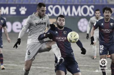 Víctor Ruiz, disputa el balón a Rafa MIr en el Huesca-Betis. Foto:LaLiga Santander