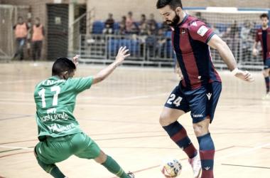 Perdón Toro tratando de zafarse de Bynho | Foto: Levante UD FS
