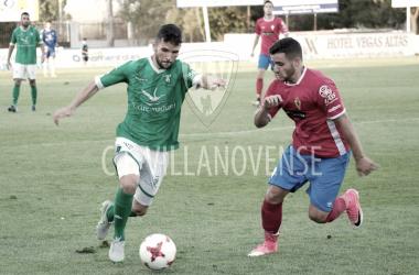 Xiscu Martínez, a la derecha, peleando un balón con Carlos Andújar.Vía CF Villanovense