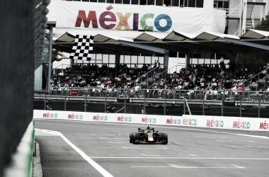 Verstappen entrando a la recta principal en la última vuelta | Foto: Fórmula 1