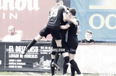 Los jugadores del Lealtad celebran el tanto de Álvaro Viña. Foto: Diego Blanco, VAVEL