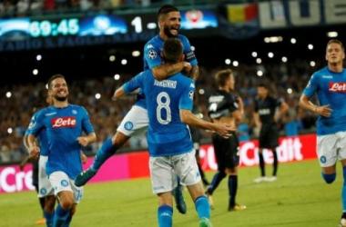 Insigne celebra Jorginho dopo la rete del raddoppio.