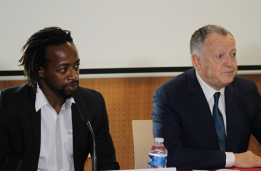 Jean-Michel Aulas et Sydney Govou en pleine conférence de presse lors de la création du partenariat avec le Dakar Sacré Coeur