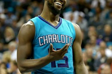 Kemba Walkers dirige a los Hornets hacia la victoria.