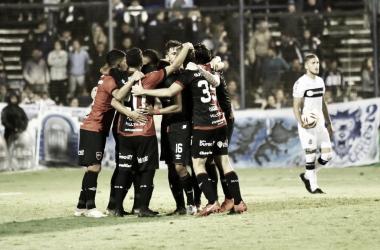 El festejo del equipo tras el gol del capitán Maximiliano Rodríguez en el partido de ida.