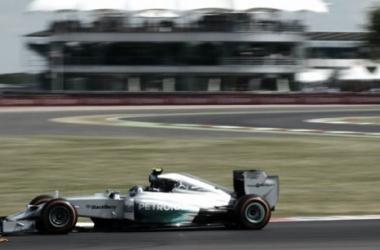 Nico Rosberg manda en la primera sesión de libres en Silverstone