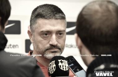Javier Garcia Pimienta atiende a los medios. FOTO:Noelia Déniz