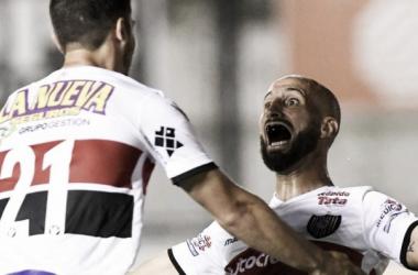 Federico Rosso festeja el tercer gol junto a Cristian ''Pichy'' Erbes. Foto: Télam