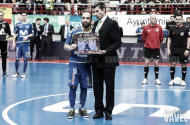 Ricardinho recibiendo una condecoración en el Jorge Garbajosa | Foto: Dani Mullor (VAVEL)