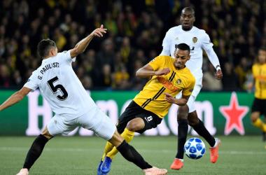Gabriel Paulista trata de bloquear un disparo rival. Fuente: Uefa.com