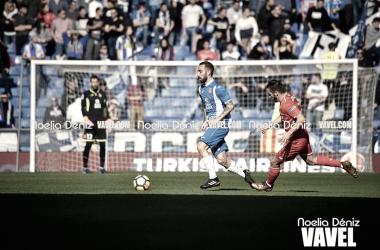 Sergi Darder conduce el balón ante el Sevilla FC / Foto: Noelia Déniz