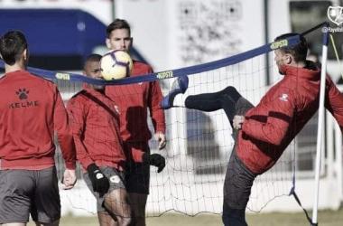 Jugadores en la competición de fútbol-voley. Fotografía: Rayo Vallecano