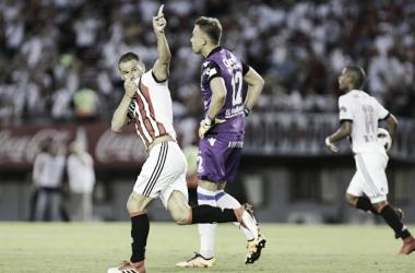 Mora anotó por primera vez desde su regreso. Atrás, se lleva la pelota De La Cruz (Foto: La Nación).
