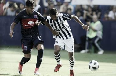 Pérez Acuña luchando por el balón con Rojas (Foto: Mundo D).