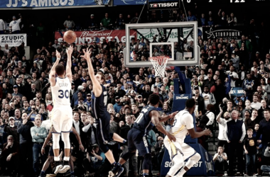 Stephen Curry anotando un triple para darle la victoria a Golden State Warriors.