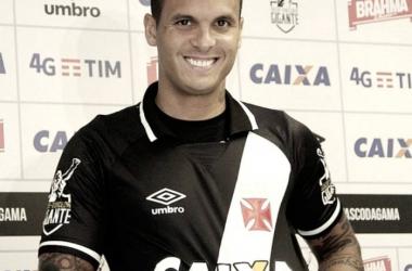 "Lateral Ramon tem contrato renovado e comemora: ""Me sinto em casa no Vasco"""
